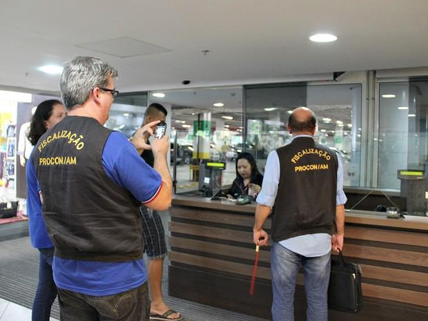 Procon fiscalizou cinco shoppings na capital durante esta terça-feira (5) (Foto: Indiara Bessa/G1 AM)