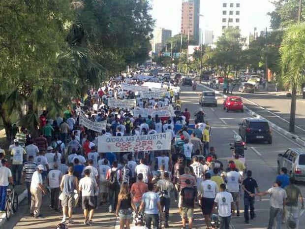 PMs ocupam faixas da avenida; trânsito está complicado na região (Foto: Luna Markman / G1)