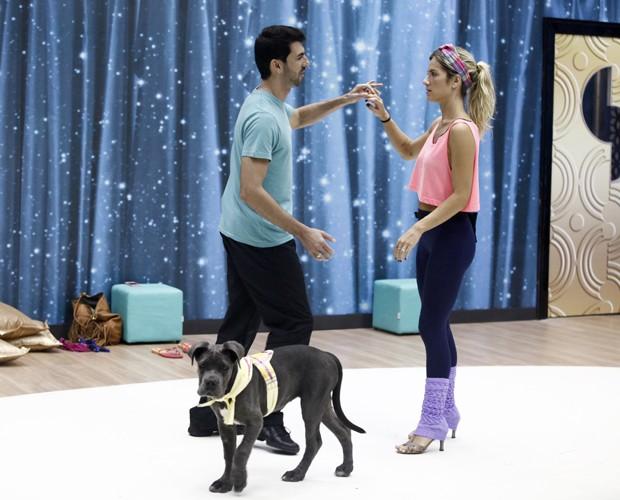 Rogério Mendonça e Giovanna tentam ensaiar forró (Foto: Inácio Moraes/ TV Globo)