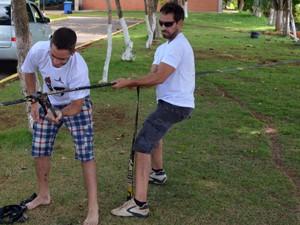 """Xandele e Bruno fazem o """"back up"""" na fita do Slackline. (Foto: Tiago Campos / G1)"""