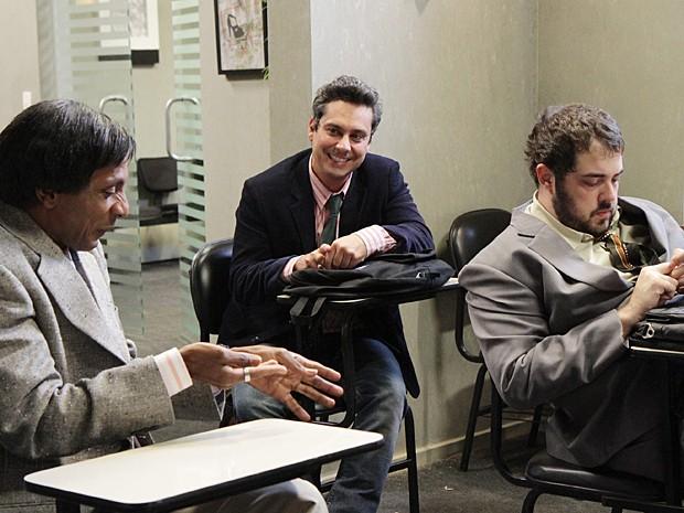 Os amigos acabam se encontrando ao participarem de processo seletivo (Foto: Alex Carvalho / TV Globo)
