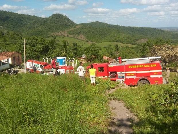 Acidente com trator aconteceu na Zona Rural de Cuitegi; vítima foi socorrida por equipes do Corpo de Bombeiros e do Samu (Foto: Volney Andrade/TV Cabo Branco)