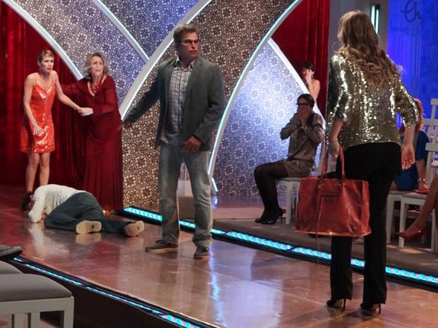 Felipe perde a cabeça e dá um soco na cara de Fábio (Foto: Guerra dos Sexos/TV Globo)