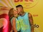 Marcela Fetter beija namorado e reclama de assédio dos homens: 'Irrita'