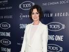 Com look todo branco, Anne Hathaway arrasa em première
