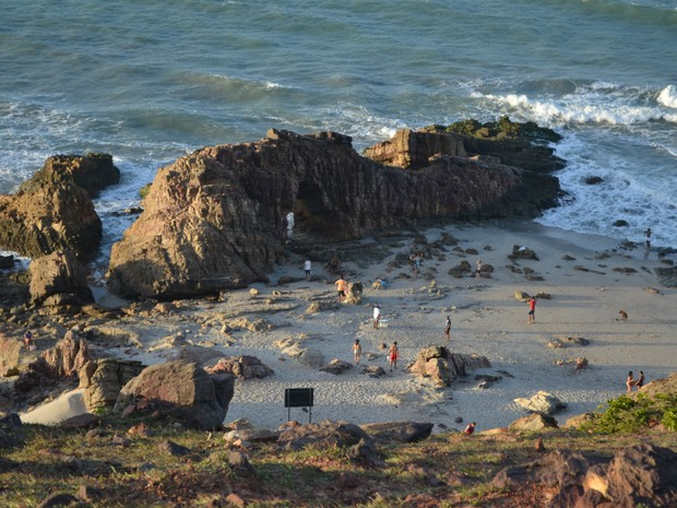 A formação rochosa da Pedra Furada tem um imenso portal feito pela erosão do mar e do vento. É um das imagens cearenses mais famosas do mundo. (Foto: Kélvia Alves / Colaboração)