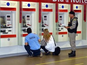Perícia foi iniciada nas agências bancárias atacadas ainda na tarde do domingo (Foto: Walter Paparazzo/G1)
