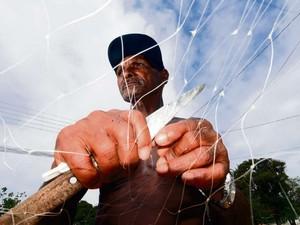 José Lino Moraes, 62 anos, pescador e sofre com a lama no Rio Doce, em Linhares (Foto: Bernardo Coutinho/A Gazeta)