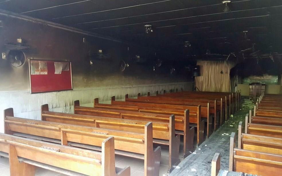 Térreo da igreja foi danificado pelo fogo  (Foto: Reprodução/WhatsApp)