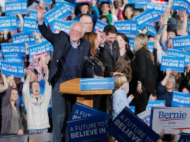 O pré-candidato republicano Bernie Sanders discursa em comício em Vermont, onde projeções apontam sua vitória na Superterça (Foto: REUTERS/Brian Snyder)