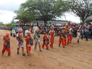 Crianças homenageiam Carlos Augusto com cavalos de madeira (Foto: Amanda Franco/ G1)