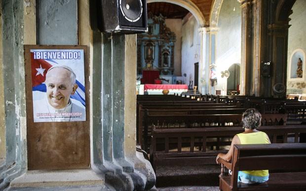 Cartaz do Papa Francisco é visto em igreja em Santiago de Cuba no dia 7 de setembro (Foto: STR/AFP)