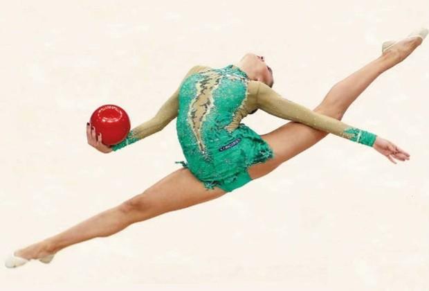 Ela ganhou medalha olímpica em 2008, tem 22 anos e ficou em primeiro lugar em todos os eventos de ginástica rítmica do Campeonato Europeu do mesmo ano (Foto: Getty Images)