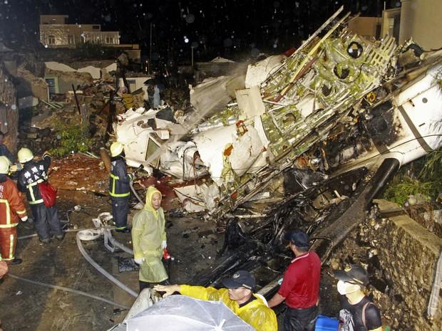De acordo com a agência taiwanesa Focus Taiwan, 58 pessoas estavam a bordo - 54 passageiros e quatro tripulantes (Foto: Wong Yao-wen/AP)