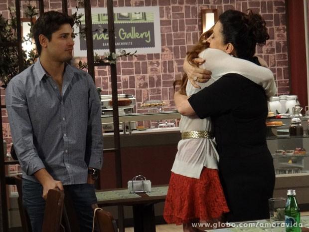 Natasha abraça a mãe (Foto: Amor à Vida/TV Globo)
