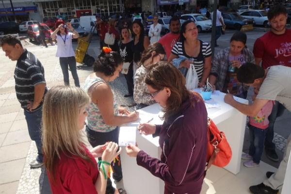Telespectadores se inscrevem para concurso cultural em ação no Centro (Foto: Graziella Rigotti/RBS TV)