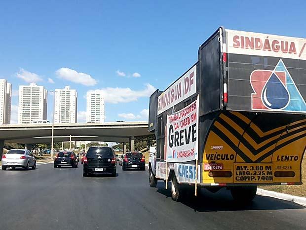 Carros de trabalhadores da Caesb seguem em velocidade reduzida na EPTG (Foto: Isabella Formiga/G1)