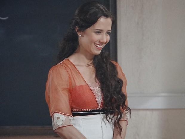 Laura recebe os alunos com alegria no primeiro dia de aula (Foto: Lado a Lado / TV Globo)