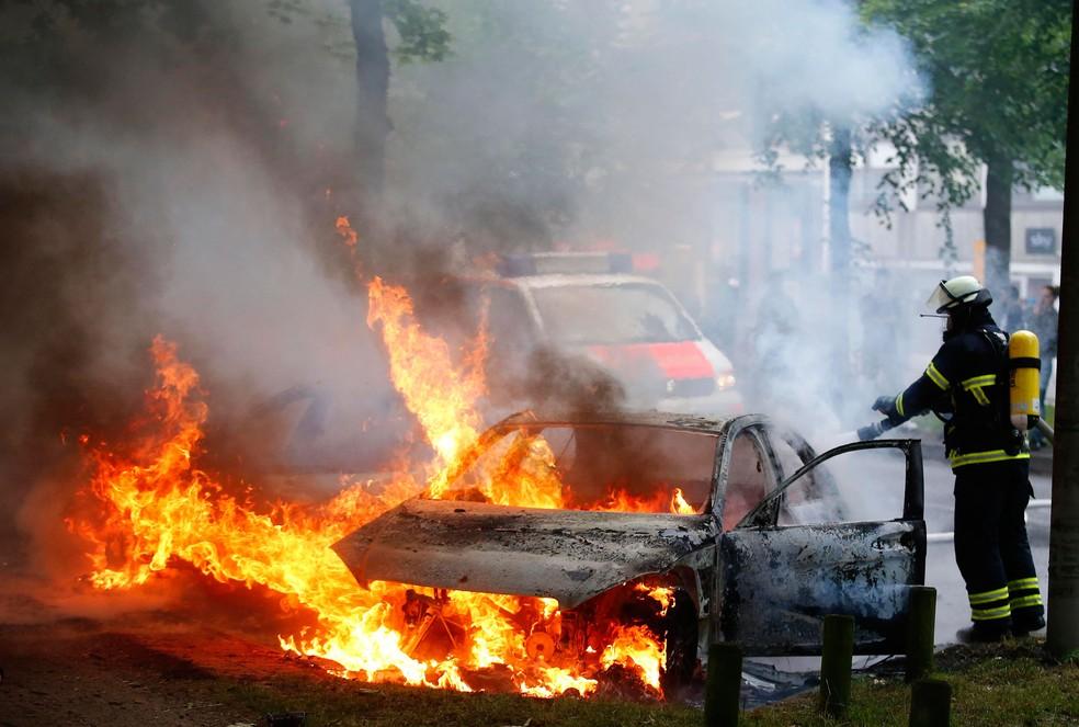 Carro é incendiado durante protesto contra cúpula do G20, em Hamburgo, na Alemanha, nesta sexta-feira (7) (Foto: Hannibal Hanschke/ Reuters)