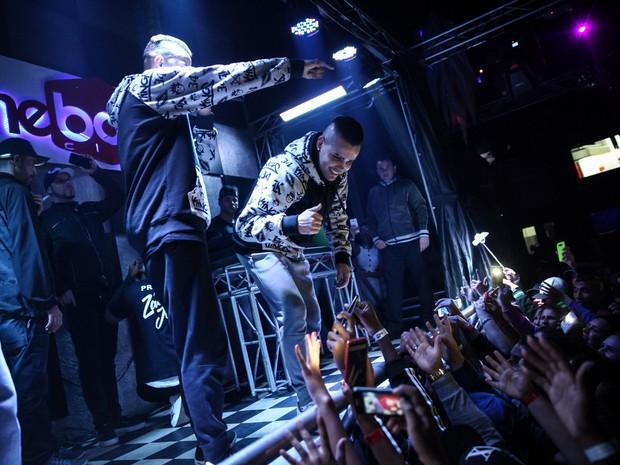 Zaak e Jerry interagem com o público durante show na The Box, em Itaquaquecetuba (Foto: Fábio Tito/G1)