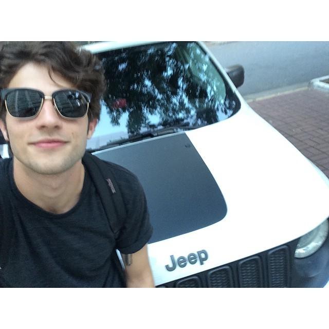 """Chay Suede faz selfie com o novo carro: """"Parceiro de estrada"""""""