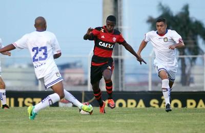 Flamengo e São Caetano empatam no ABC, e cariocas ficam com a liderança