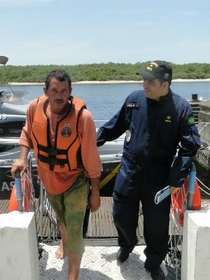 Pescador chegando à Capitania dos Portos do Paraná , em Paranaguá (Foto: Divulgação / Capitania dos Portos do Paraná)