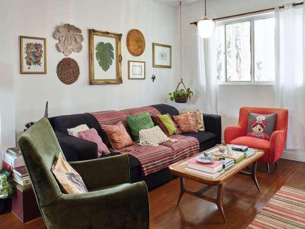 """""""A parte da casa de que mais gosto é a sala, com meu sofazão e os quadros que mandei emoldurar."""" Reparou na paleta de cores? Essa foi outra preocupação dela ao decorar tudo com as próprias mãos (Foto: Victor Affaro)"""