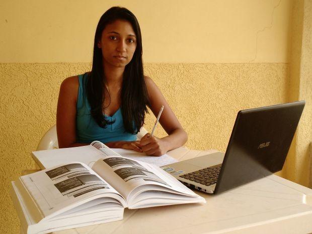 Concurseira diz que se sente desmotivada com medida do governo federal (Foto: Iryá Rodrigues/G1)