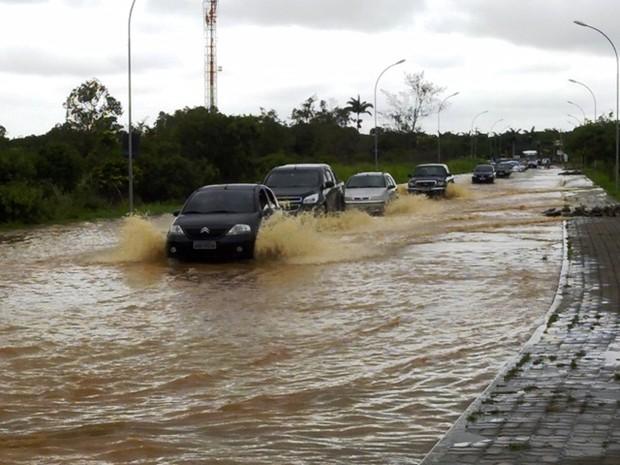 Ruas ainda estão alagadas na tarde desta quarta (18), em Búzios (Foto: Bebeto Karolla/ Folha de Búzios)