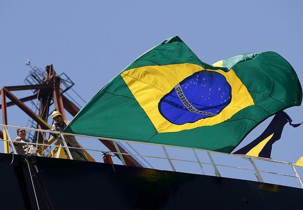 Bandeira do Brasil é pendurada em navio do programa Transpetro de exploração do pré-sal (Foto: Buda Mendes/Latin Content/Getty Images)