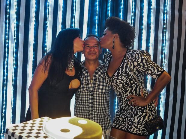 Solange Gomes e Adriana Bombom com estilista Marivando em festa no Rio (Foto: Marcos Fernandes/ Divulgação)