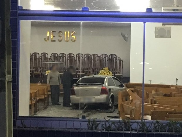 Cadeiras da igreja evangélica ficaram destruídas, em Garanhuns (Foto: Divulgação/Polícia Militar)