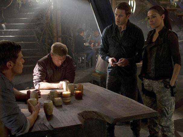 Jim investiga o primeiro assassinato da colônia (Foto: Divulgação / Twentieth Century Fox)