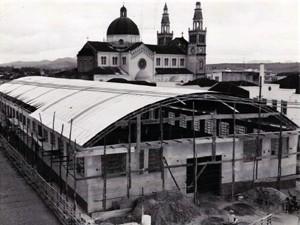 Historiadores mostram transformações no prédio e na mercado municipal (Foto: Reprodução EPTV)