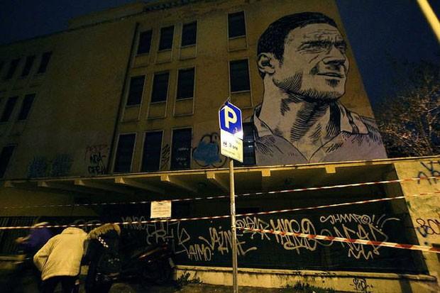 Francesco Totti ganha grafite de 18 metros em Roma (Foto: Reprodução/Twitter)