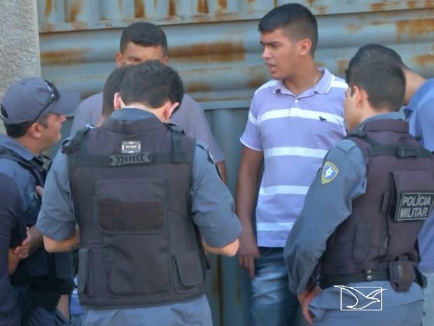 Parentes, amigos e colegas de trabalho participam de velório do PM Erasmo Alves Cordeiro (Foto: Reprodução/TV Mirante)