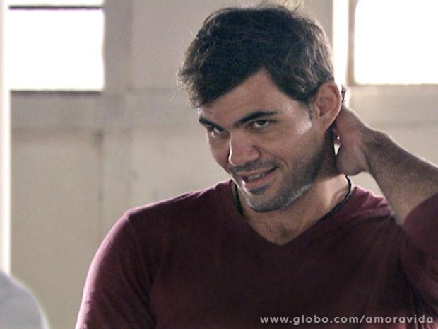 Ninho acha graça do ciúme de Bruno (Foto: Amor à Vida/TV Globo)