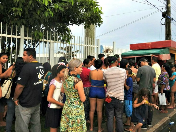 Do lado de fora do IML, em Manaus, familiares de presos aguardam informações sobre liberação de corpos (Foto: Isis Capistrano / G1 AM)