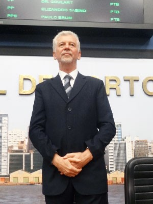 Prefeito de Porto Alegre, José Fortunati, toma posse na Câmara (Foto: Gabriel Cardoso/G1)