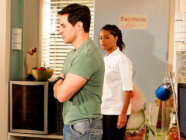 Dinha fica fula da vida com o comportamento de Inácio (Foto: Cheias de Charme / TV Globo)