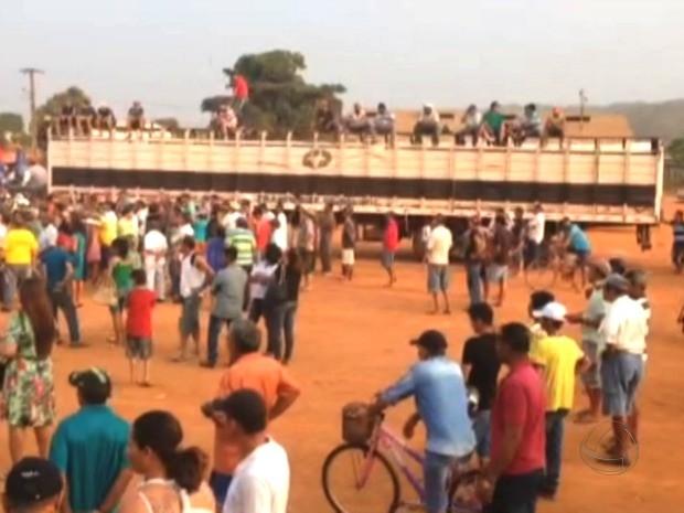 Garimpeiros se reuniram na tarde desta quarta-feira e pediram regularização da área ilegal em Pontes e Lacerda (Foto: Reprodução / TVCA)