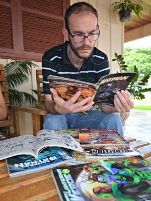 João Regert é adepto a leitura em quadrinhos para incentivar o filho de 5 anos (Foto: Flávio Godoi/G1)