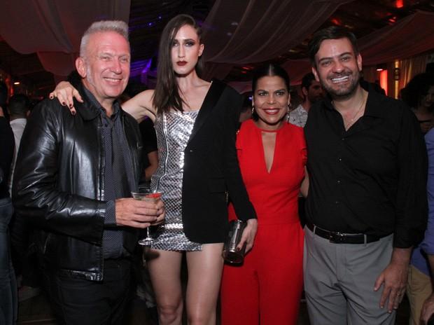 Jean Paul Gaultier posa com uma de suas musas, Daniela Falcão (Diretora de Redação da Vogue Brasil) e Bruno Astuto (Foto: Thyago Andrade/BRazil News)