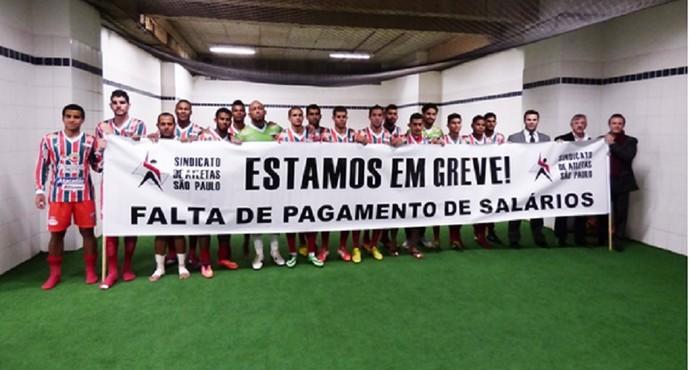 Jogadores do Operário-MT com faixa em apoio ao Barueri (Foto: Divulgação/Sapesp)