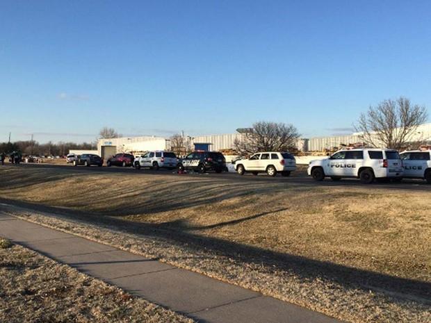 Carros de polícia são vistos na fábrica da Excel Industries alvo de atirador nesta quinta-feira (25) no Kansas (Foto: KWCH-TV via AP)