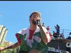 Saulo desce do trio e é agarrado por foliãs em 'desfile pipoca' em Salvador