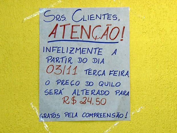 Cartaz anuncia aumento do preço do quilo da comida em Campinas (Foto: Reprodução EPTV)
