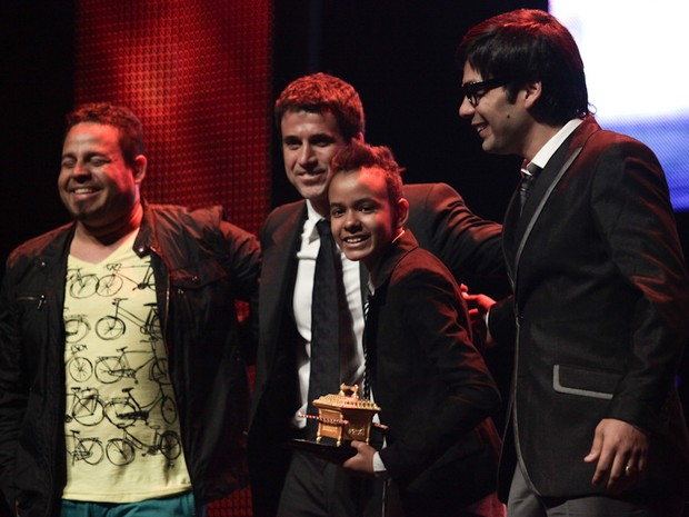 O cantor Jotta A recebe o primeiro prêmio da noite, de Revelação, no Troféu Promessas, nesta quarta (5) em SP (Foto: Caio Kenji/G1)