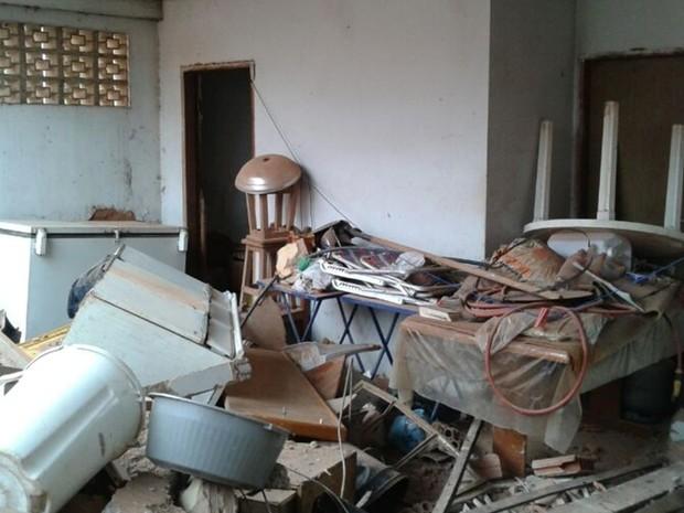 Situação de uma das casas invadidas pelo vagão (Foto: Juliano Abocater / TV TEM)